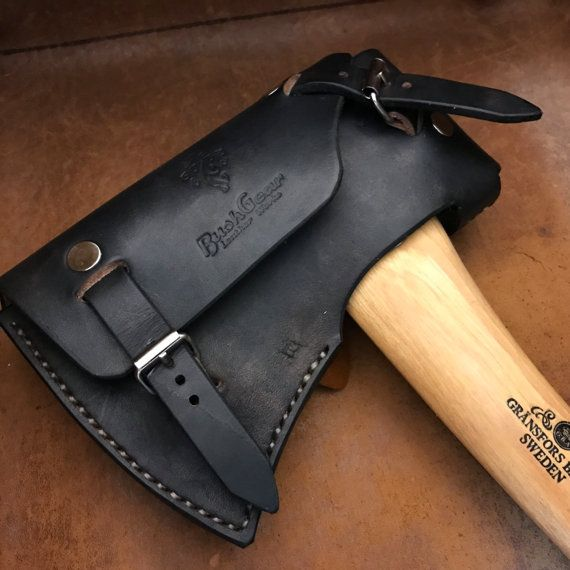 A very distinct but at the same time robust look hand made custom leather sheath for boys axe size Axes. Create from 3mm veg tanned leather with brass hardware and heavy duty thread to ensure the best performance and durability. This item as tested with Gransfors Small Forest Axe, WETTERLINGS outdoor axe and Bahco HUS-0.8-500 and similar axes will also fit It can be used on the belt or on the shoulder (straps not included) - 100% Hand made. MADE IN PORTUGAL - 3mm Veg Tanned Cow Leather…