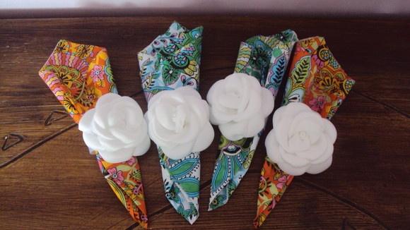 Rosa branca feita em cetim fosco , e argola de cetim , pode ser feito em outras cores R$8,00