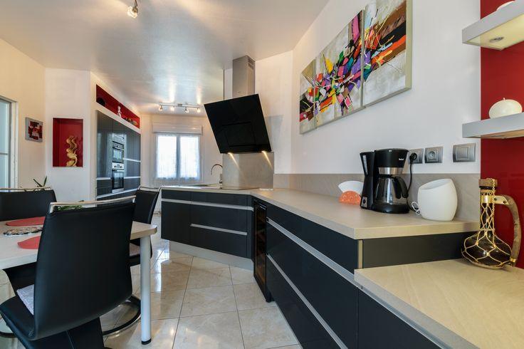 Une cuisine design en acrylique aménagée par le magasin Arthur Bonnet de Chambray-lès-Tours - Modèle Sensations, Ligne Signatures