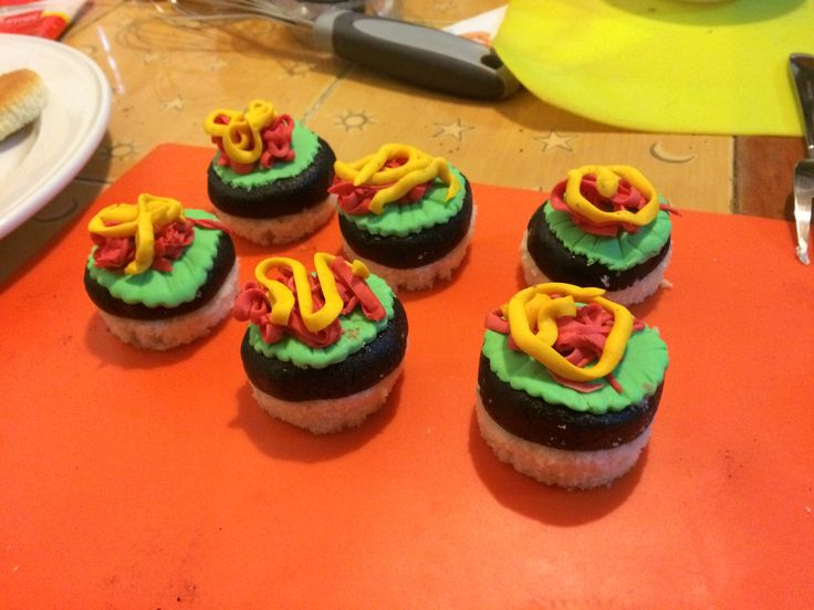 Cupcakes burguer #burguer #cupcake #cupcakes #reposteria #bakery #candy #sugar #cake #pastel #chocolate #color #colours #food #instagood #instafood #follow #followme #instafollow #buttercream #azucar #tasty