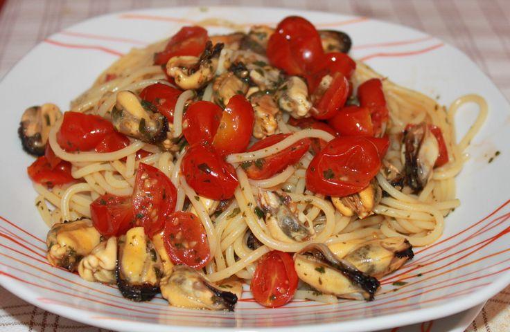 Паста с фисташковым песто, помидорами черри и мидиями