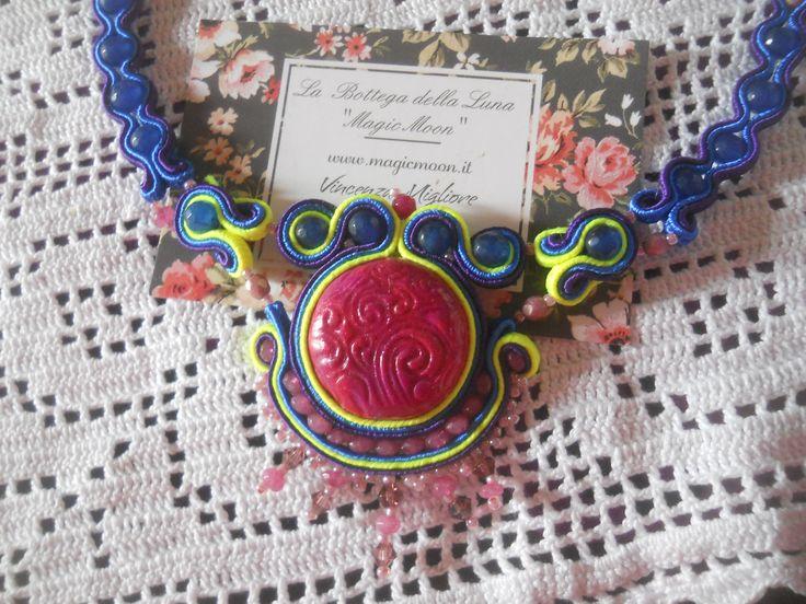 Collana  interamente realizzata artigianalmente  con cabochon in argilla  sintetica lavorato a mano e  tecnica del soutache perline in giada indiana