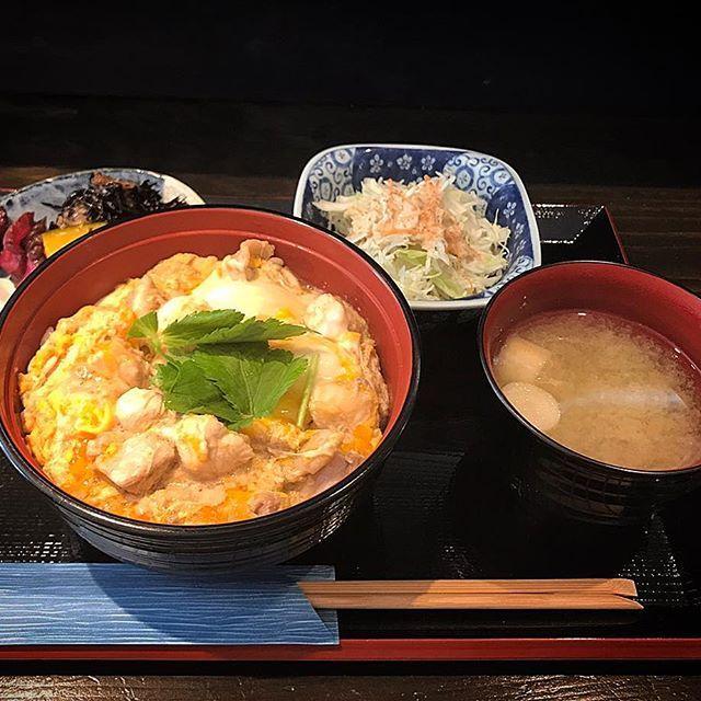 赤坂『鶏焼 冠尾(TORIYAKI KAMURO)』へ。 先月4月3日からランチをスタートしたということで遅ればせながら訪鶏しました。 ランチメニューは冠尾の親子丼定食(各サラダ・小鉢・味噌汁付き、税込)のみで 並盛り 780円 中盛り 830円 大盛り 880円 ランチ☆ビール 100円です。 今日は中盛り 830円を。 一般的な若鶏と比較し約10倍もの育成期間を経て出荷される希少なさつま知覧どりを使用、鶏本来の旨みと歯ごたえが際だちます。 味付けは一般的に九州で好まれるものよりお出汁がやや甘さ控えめで薄味、さつま知覧どりの旨みを最大限引き出します。 大満足の一杯、オススメの親子丼ですよ。  #福岡 #博多 #天神 #赤坂 #大名 #肉 #肉屋 #肉料理 #福岡グルメ #福岡B級グルメ #博多グルメ #博多B級グルメ #警固 #大正通り #鶏焼 #鶏焼冠尾 #冠尾 #さつま知覧どり #親子丼 #親子丼定食 #冠尾の親子丼定食