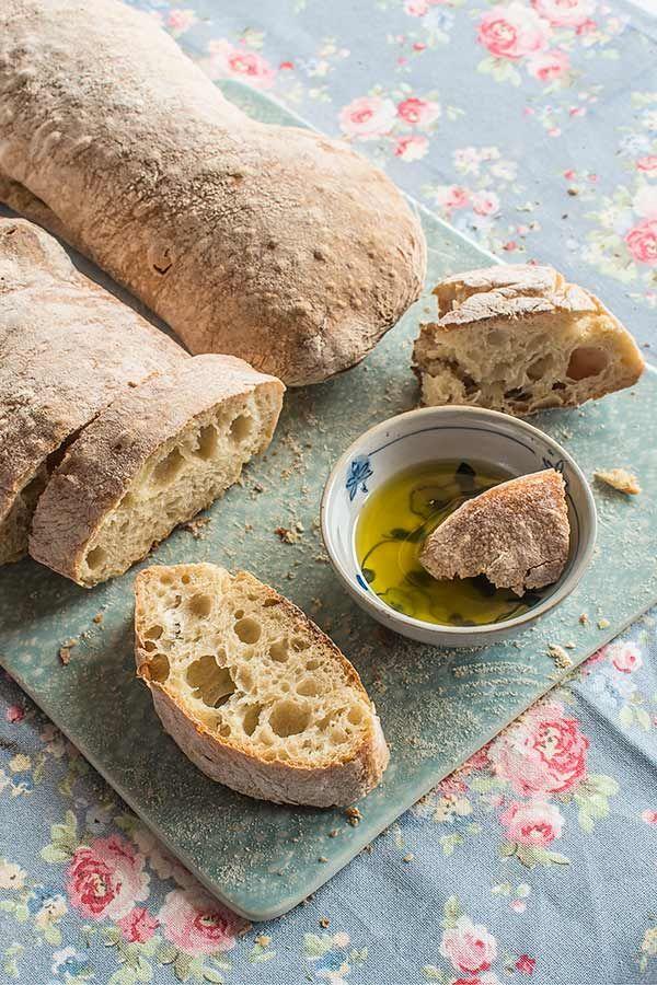 Lachapataes un pan de origen italiano que se caracteriza por una miga ligerísima y llena de grandes alvéolos, una corteza crujiente y una forma alargada, pero muy irregular. El nombre genuino esciabatta, que significa zapatilla en alusión a su aspecto despanzurrado.La fealdad es su virtud porque la ventaja está en el sabor que le da una fermentación lenta. Al contrario de muchos de los panes y bollería que ya tenemos en el blog, que los empezamos fermentando previamente una pequeña…