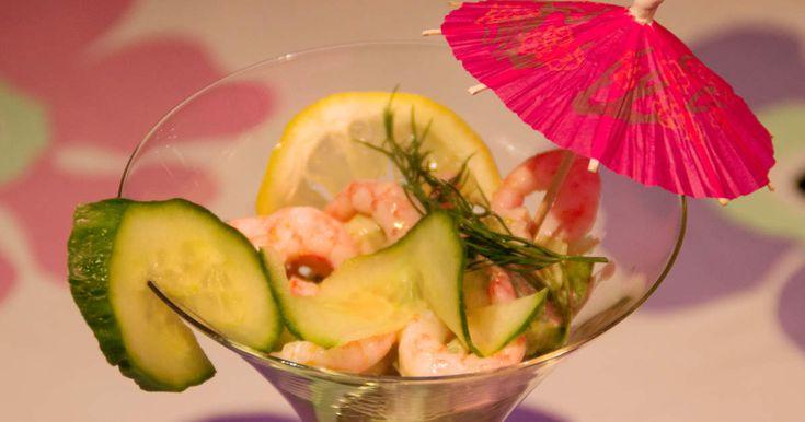 Klassisk förrätt med räkor, avokado och sallad som toppas med rhode islandsås.Dryckestips: Biecher Riesling (12284)
