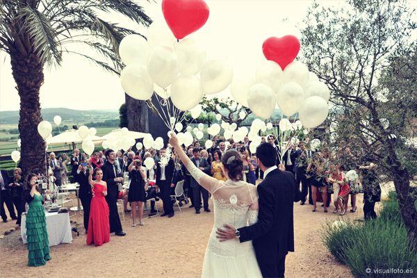 #globos #boda http://www.unabodaoriginal.es/blog/y-comieron-perdices/bodas-de-bloggers/marina-ricky-magia-en-el-emporda