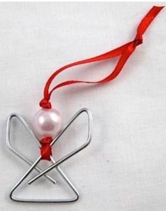 Engeltje maken van een paperclip, kraaltje en een lintje erdoor en klaar is je versiering!