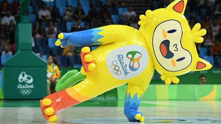 Das olympische Maskottchen Vinicius tanzt beim Basketball. © Imago/Panoramic