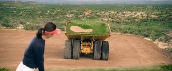 un parcours de golf sur des camions bennes qui se déplacent [video] - http://www.2tout2rien.fr/un-parcours-de-golf-sur-des-camions-bennes-qui-se-deplacent-video/