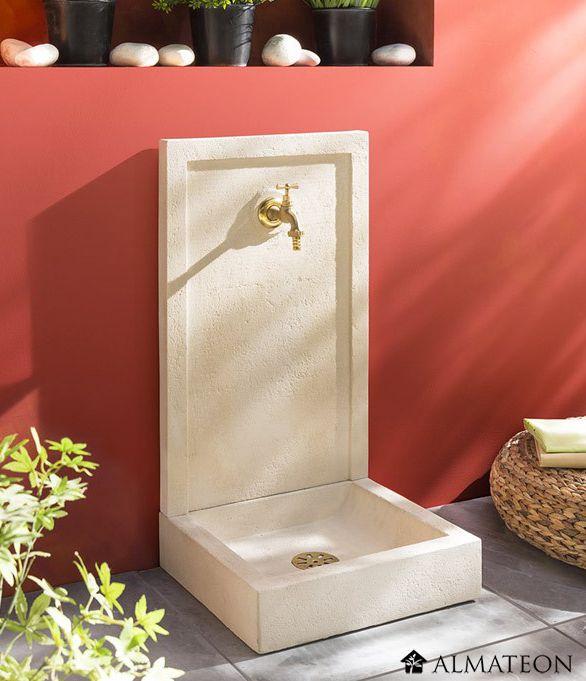 Une superbe fontaine dans votre jardin !  Fontaine SAVANE avec robinet et bonde. Elle se distingue de la fontaine Avalon par son motif arrondi (sous le robinet). Elle est fabriquée en pierre constituée et donc très solide tout en offrant un style très moderne. Facile d'entretien ! Dimensions :  L42 x p38 x h76 cm. Poids : 46 kg.  Composition :  1 fronton (66 x 42 x 4 cm) - poids 23 kg 1 bac (38 x 42 x 10 cm) - poids 23 kg 1 robinet 1 bonde