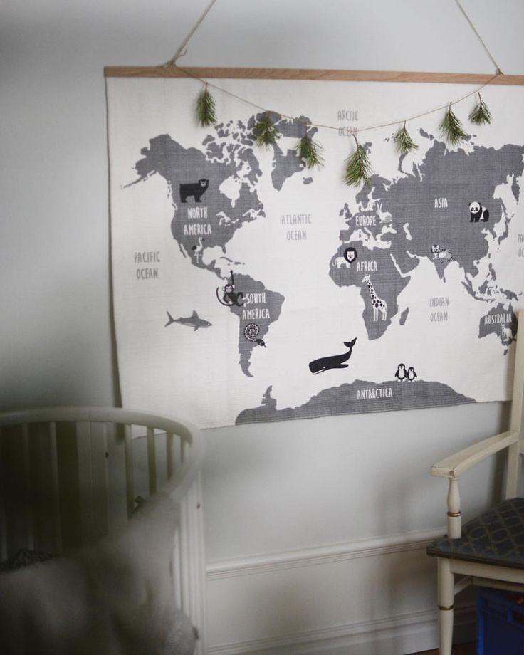 När man som liten har för mycket bus i kroppen innan läggdags är läsning lite svårt att få till. Vid dessa tillfällen brukar vi istället titta på världskartan och peka, förklara och fantisera❤ Världskartan är en matta från #hmhome som blev en fin tavla med hjälp av en trälist och ett par snören, #inredningstips #barnrum #diy