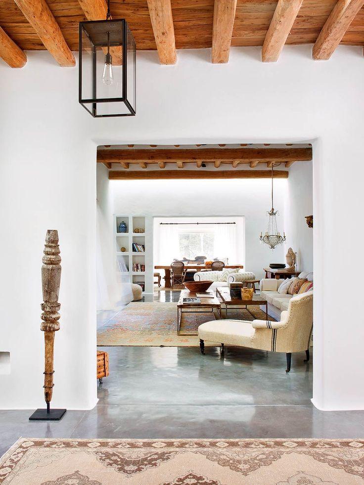Les propriétaires de cette maison à ibiza ont cherché à conserver le style typique des maisons de larrière pays de lîle mélange de simplicité et de