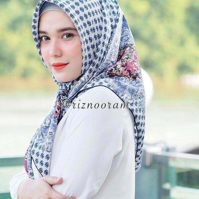 Ada yg baru lagi nih dari @riznooram Hijab Flowerina  . Hijab flowerina ini dari bahan satin sutera berbentuk segi empat dengan lebar besar (120x120) jadi hijab ini bisa dibentuk berbagai macam style tergantung selera, hihihi  Sifat kain mudah dibentuk, licin tapi bisa mengikuti bentuk muka, tidak gampang kusut dan adem dipakai. Motifnya cantik cantik banget ❤️ •••••••••••••••••••••••••••• Untuk pemesanan bisa langsung kontak admin @riznooram yaa ❤️ . #flowerinabyriznooram