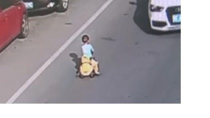 Ребенок на трехколесном велосипеде выехал на дорогу в час-пик в Китае (Видео)
