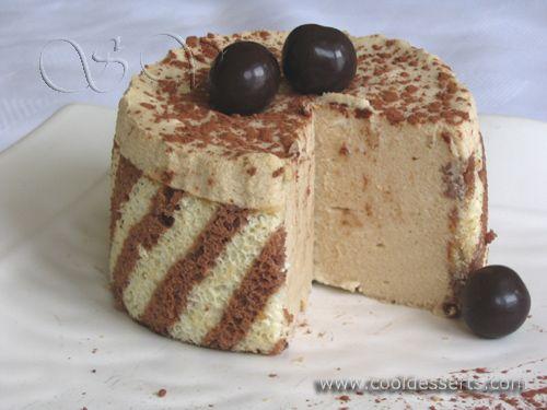 """Пирожное """"Кофейный мусс""""      Для бисквита:   3 яйца  1 желток  1/2 ст. сахара  1/2 ч.л. ванилина  1/3 ст. муки  2 ст.л. крахмала  щепотка соли  3 ч.л. какао-порошка   Для кофейного мусса:   1 яйцо  4 ст.л. сахара  2 ст.л. крахмала  1 ч.л. растворимого кофе  175 мл молока  7 г желатина (порошка)  1/4 ст. воды  1 ст. сливок"""