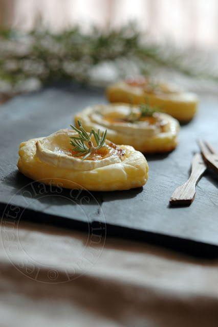 Tartelettes feuilletées au chèvre, au miel et au romarin