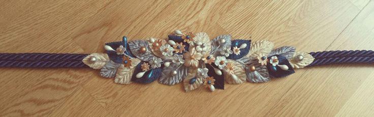 Cinturon hojas de terciopelo y flores de porcelana fría en tonos dorados, plata y azul