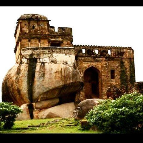 Madan Mahal Fort, Jabalpur.  #architecturalwonder#atouchofhistory#mptravelogue#mptravelogueindia#madhyapradeshtrip#madhyapradesh