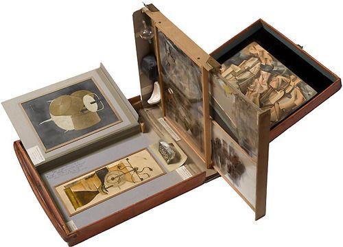 Marcel Duchamp, Caja en una maleta ( Boîte-en-valise ), 1941 maleta de cuero que contiene réplicas en miniatura y reproducciones en color de obras de Duchamp, y una fotografía con grafito, acuarela adiciones y tinta, 40,7 x 37,2 x 10,1 cm Peggy Guggenheim Collection, Venecia © Sucesión Marcel Duchamp, por SIAE 2008