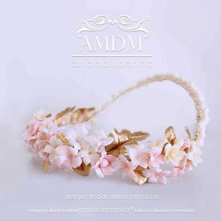 Tonos empolvados, rosas y dorados para una corona floral ideal..