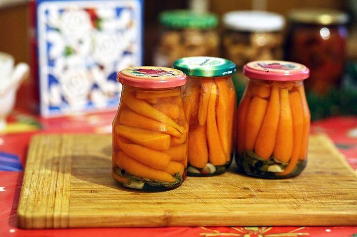 Морковь в желе | Kurkuma project (Проект Куркума)  А это просто хит! Это самое вкусное, что только можно закрыть в баночку на зиму. Рецепт от моей мамули. Наслаждайтесь: Если после уборки урожая у вас есть мелкая морковь — этот рецепт для вас.Садитесь поудобнее перед телевизором,возьмите тазик с морковью и почистите его.Можно,конечно,и крупную морковь почистить и порезать на кусочки,но маленькие,целые морковочки смотрятся в баночке очень красиво.