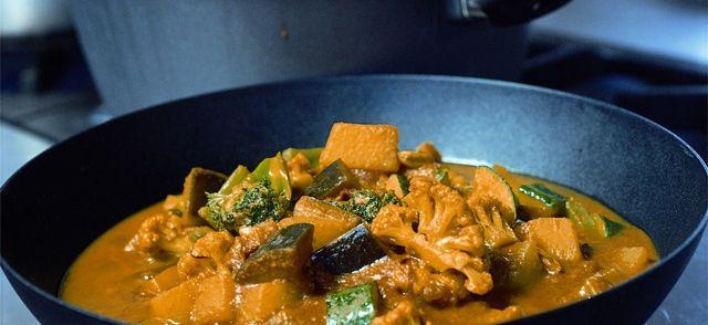 Een geweldige Indiase curry met veel groenten en gesneden lamsbout en heerlijk geurende oosterse kruiden.