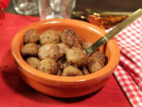Juliga köttbullar med ansjovis och kryddpeppar. Bakas i ugnen för att sedan, lagom till servering, stekas i smör.