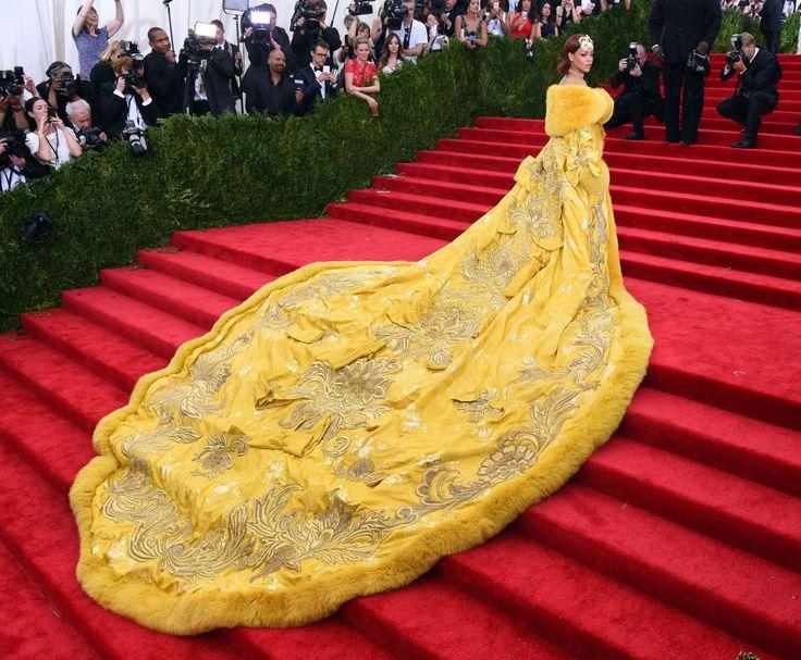 05.05 Rihanna s'est fait remarquer avec son imposante robe jaune, au Met Gala. Des internautes ont carrément comparé le vêtement à une omelette ou à une pizza.Photo: AFP/Timothy A. Clary
