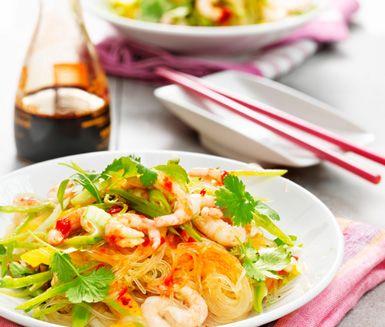 Det här är en sommarfräsch sallad med nudlar, krispiga grönsaker och saltsöt dressing med tydliga asiatiska smaker som soja och koriander.