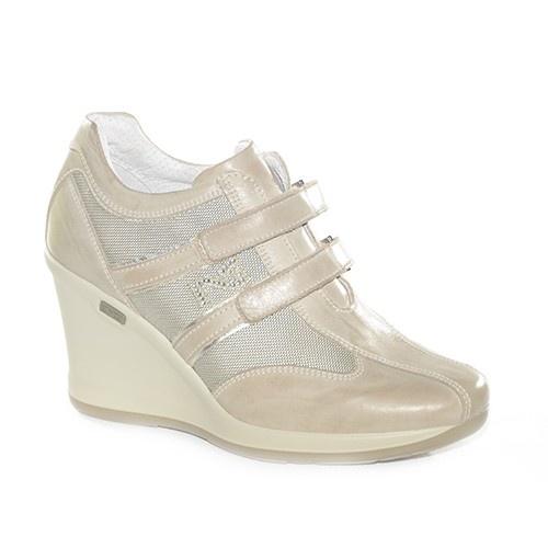 Sneakers con zeppa alta con allacciatura con strapp,realizzata in pelle tortora.