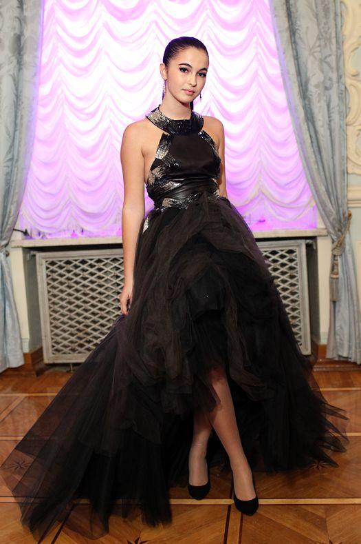 Традиционный для конца года сезон балов в Москве открывает Бал дебютанток Tatler. Юные красавицы впервые выходят в свет в дизайнерских нарядах Haute Couture. Накануне торжества вспоминаем лучшие модные дебюты прошлых лет и готовимся к новым сюрпризам.
