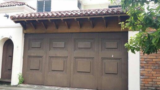 Porton de metal con techo de teja roja sostenido con vigas - Techo de madera ...