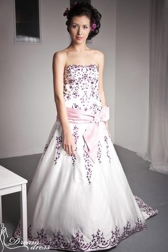 EVELINE  Описание:  Свадебное платье в стиле «А-силуэт» выполнено из атласа, украшенного цветной вышивкой и паетками. Платье имеет облегающий верх в виде корсета на шнуровке, что позволяет выгодно подчеркнуть фигуру невесты. Юбка со шлейфом имеет конусное расширение от уровня бедер. Также платье имеет атласный пояс с бантом, украшенный брошью. http://www.dream-dress.ru