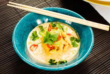 Kyckling går att variera i det oändliga. Här är en thai-inspererad variant med röd curry och kokosmjölk.