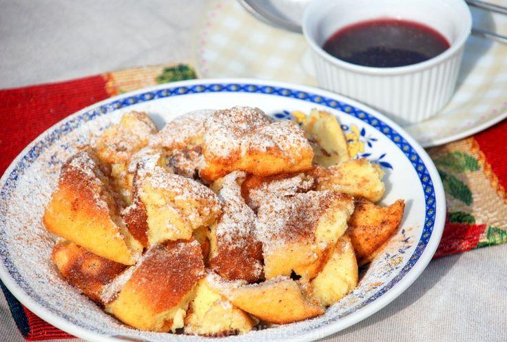 Kaiserschmarren (de enige echte!) Een in stukken gesneden luchtige pannenkoek, royaal bestrooid met poedersuiker en kaneel (Oostenrijk).
