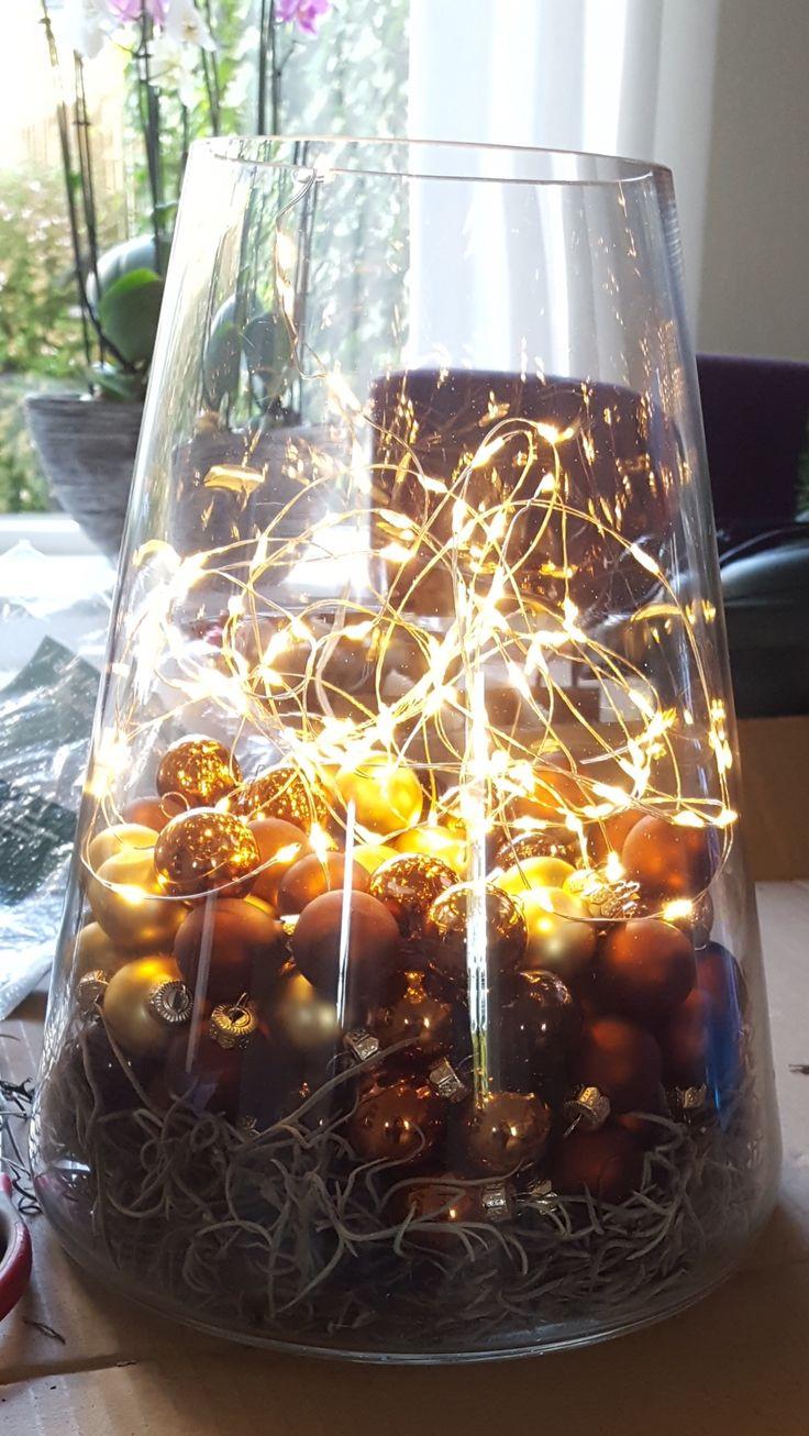Vaas met kleine ballen en lichtjes