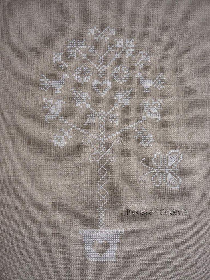 """Bonjour, En ce moment, je lis, je lis et ... je brode. Je profite d'une connexion Wifi pour vous montrer ma dernière broderie au point compté. Cette grille de point de croix est appelée """"arbre stylisé"""" c'est une création de V. Hilaireau. Il ne reste plus..."""