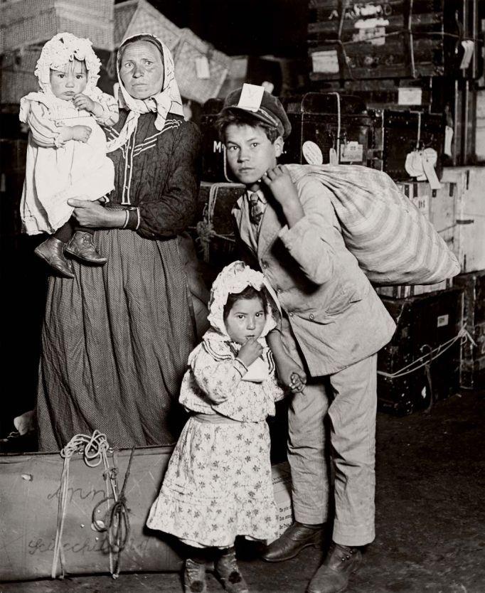 El retrato de una época, inmigrantes en la Isla de Ellis. Familia Italiana, buscando el equipaje perdido.