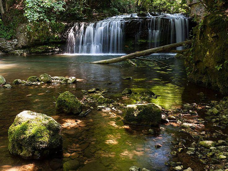 L'ideale per l'estate è una gita rinfrescante a contatto con la natura: abbiamo selezionato per voi le 12 più belle cascate in Lombardia.