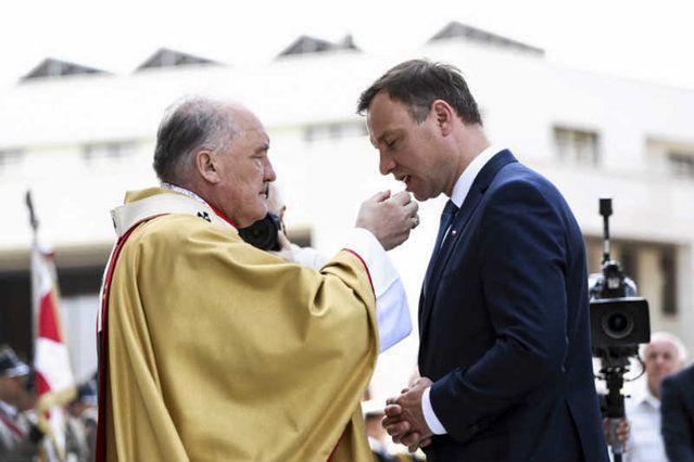 Nowy kapelan Andrzeja Dudy chce wieszać w Pałacu Prezydenckim krzyże i święcić biura. Na zdjęciu Andrzej Duda i kard. Kazimierz Nycz podczas Święta Dziękczynienia.
