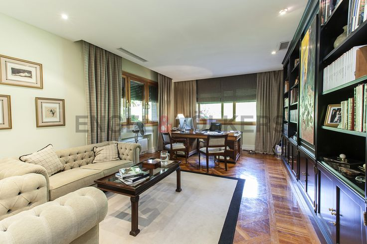 Esta fabulosa mansión en la selecta urbanización de Somosaguas con una superficie de 1.560 m2 posee unas privilegiadas vistas a Madrid y a la Casa de Campo.