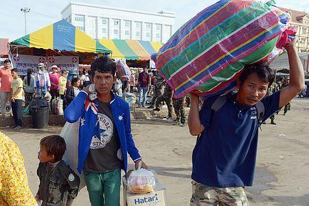 17日、タイとの国境沿いにあるカンボジア西部ポイペトに戻った出稼ぎ労働者(AFP=時事) ▼17Jun2014時事通信|出国カンボジア人、20万人に=問題解決へ協力-タイ http://www.jiji.com/jc/zc?k=201406/2014061700753 #Poipet #Cambodia_Thailand_border