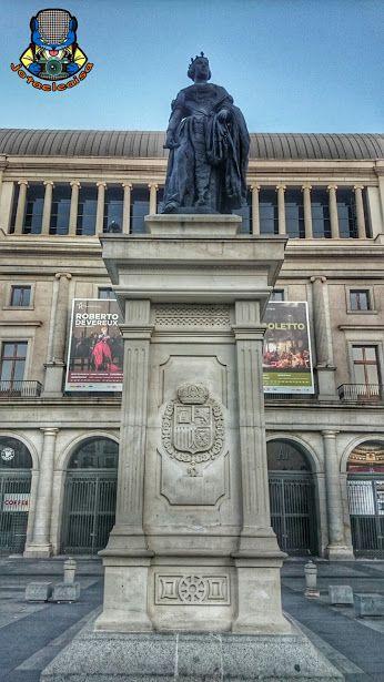 La Plaza de Isabel II. La estatua de Isabel II data de 1850 y es obra de José Piquer. Es de bronce. Un año después la estatua se quitó de la plaza y se colocó en el Teatro Real, siendo sustituída en 1862 por otra dedicada a la Comedia, obra de Francisco Elías. En 1905 volvió la estatua de la reina a su ubicación primera (Madrid, Villa y corte). Madrid, España.  #plaza #square #teatroreal #estatua #statue #isabelii #opera #madrid #españa #spain