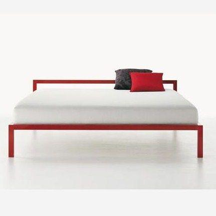 Een design bed in geanodiseerd of gepolijst aluminium, verkrijgbaar in de volgende versies: Sommier, met een 57 cm hoog hoofdeinde, met een 78 cm hoog hoofdeinde, met of zonder gestoffeerd paneel, luifel met of zonder bekleding. Glanzend gelakt bed in wit -