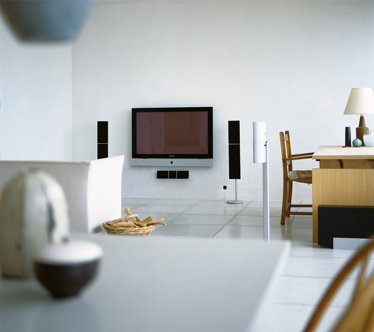 The Jamo A 306 is very compact though a touch larger than A 303. It is a 2½-way bass-reflex speaker equipped with 2 x 4in woofers and a ¾in inverted dome. This model is also exceptionally flexible – you can mount it on the wall using the included wall brackets or place it on the optional floor stands.