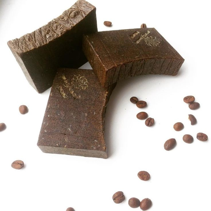 """☕️""""Скраб Кофе""""☕️ Натуральный молотый кофе, прекрасно массирует и обновляет вашу кожу. А добавка природной серы убирает воспаления. Как результат- упругая, здоровая и обновлённая кожа! ☕️ Состав: омыленные растительные и животные жиры, оливковое масло, пищевой ароматизатор, сера и кофе натуральный, глицерин, коньяк."""