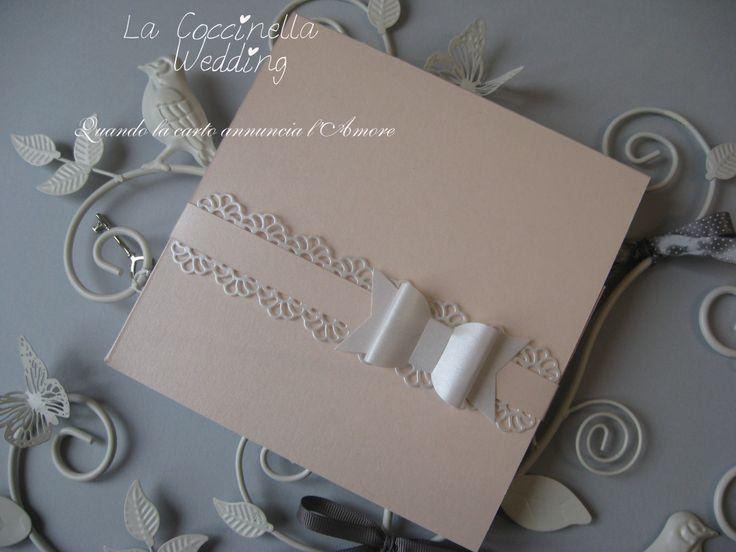 Partecipazione modello pocket realizzata in carta perlata rosa antico impreziosita con pizzo di carta e una nuova variante di fiocco... all'interno è custodito annuncio e invito personalizzabile sia nei colori che nel tema del vostro matrimonio...