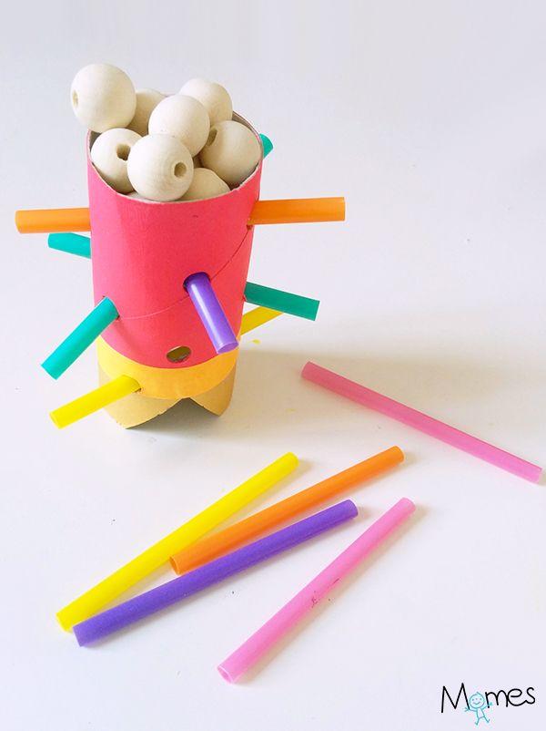 Fabriquez ce petit jeu d'adresse rigolo où il faut enlever les pailles en évitant faire tomber les billes ! Hyper facile à fabriquer et très amusant pour les enfants ! Pour 2 joueurs et +