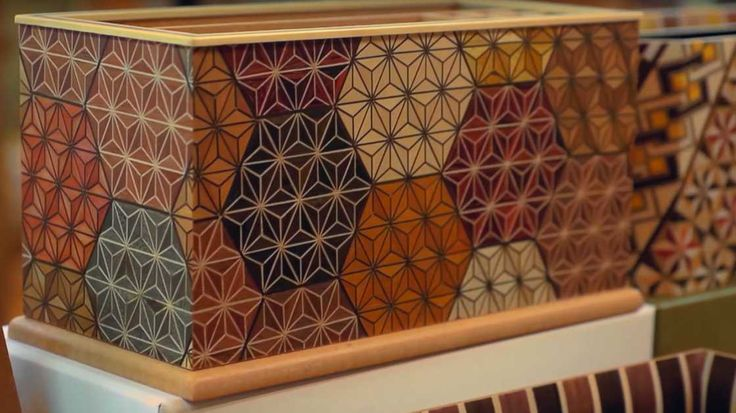 Le Yosegi est l'art japonais de la marqueterie, une technique ancestrale qui consiste à coller ensemble des morceaux de bois pourcréer des motifs géométri