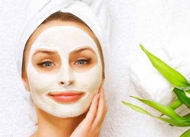 KARBONAT İLE CİLT BAKIMI Dışarıdan gelen birçok etkenden dolayı, cildimiz erken yaşlanır ya da sıkıntılı zamanlardan geçer. Bunlar için elbette çözüm üretebiliriz ama bir süre sonra sürekli tekrarladığı zaman önünü alamayacağız sonuçlarla karşılaşırız. Bizlerde bu bakımdan dolayı cildimize yarar sağlayacak olan maskelere başvururuz, her ne kadar bu işlemler oldukça kolay olsa da insan etkisini görmediği …